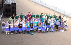 Stolze Schüler beim Firmenbesuch in Peterzell