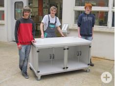 Seastian und David haben diesen Tisch in der Lehrlingswerkstatt von Hansgrohe gebaut